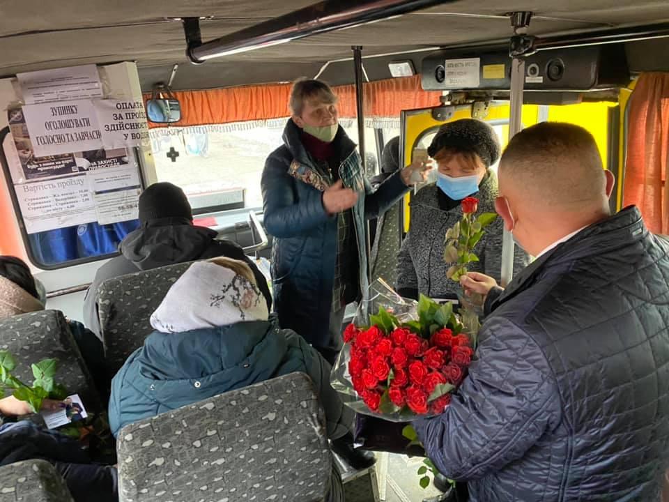 Депутат від «Української Стратегії Гройсмана» дарував квіти пасажиркам маршруток