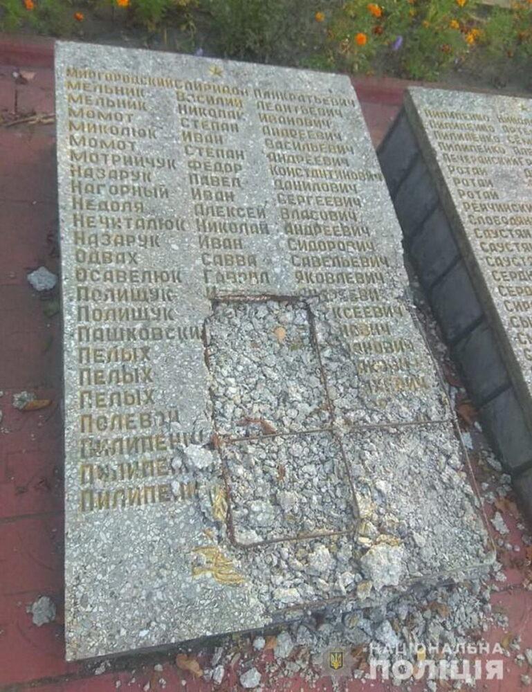 На Вінниччині п'яний рецидивіст потрощив Меморіал загиблим воїнам